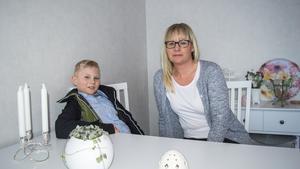 Anton och mamma Anna-Karin Dahlberg. Anna-Karin är stolt över sin sons städ-insatser.