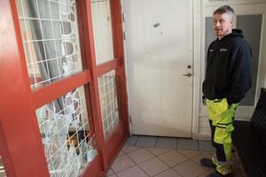 Det här var en vanlig syn bar för ett år sedan för Mattias Jensén, som driver Z-bärgarn vägg i vägg med stationshuset i Bräcke. Skadegörelsen i den gamla fastigheten var återkommande.