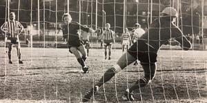 Knud Engedahl, här straffläggare i en annan match, kom fel när Spånga kvitterade.