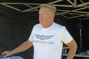 Lars-Åke Krantz är speaker på Summer Meet och värd för majoriteten av aktiviteterna ute på flygfältet. I 25 år har han varit och pratat på bilträffar landet runt. Han är även personen bakom Krantz Challenge.