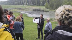 Anledningen till att man besöker Alhagens våtmark är att man vill få en naturupplevelse och vara ute i friska luften. Det finns dock inga regler som förbjuder någon från att förtära alkohol i Alhagen.