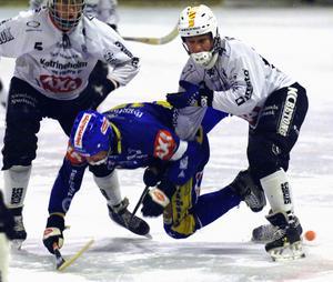 Om man delar ut smällar får man vara beredd att ta emot stryk också. Här åker Dan Hjelm i isen i en match mot Katrineholm 2006. Foto: Mikael Forslund