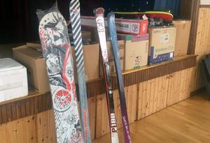 Sponsorerna är givmilda och förutom penningpriser finns flera par slalomskidor, snowboard och en isborr bland mycket annat.