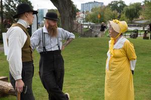 Kringelmadamen Susanna Lovén är intendent på Torekällberget och ansvarig för lördagens evenemang. Här pratar hon med två av timmermännen.