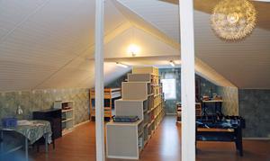 Skolbiblioteket med det charmigt sneda och vinda vindstaket.