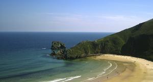 Strand och fiesta är en skön semesterkombination. Här stranden Torimba i Asturien.