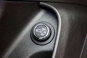 Bildtext 12: Bakluckan kan öppnas både med ett tryck på startnyckeln eller med den här knappen i förardörren. Man kan även välja hur högt luckan ska öppnas. Det är ju inte kul om den slår i garagetaket.Foto: Pontus Lundahl/TT
