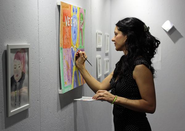 Ingrid Wisell bättrar på sin konst inför vernissagen av hennes nya utställning
