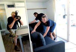 Mia Berglund ser till att visionspalatsets soffa blir bekväm.