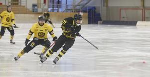 Robin Folkesson i AIK-dräkten i en duell med Nico Nevalainen i bortamatchen mot ÖSK Bandy i Behrn arena i vintras. Nu blir de båda lagkompisar.