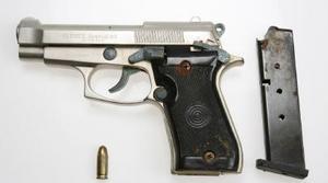 I ryggsäcken hittades också pistolen, en 7,65 mm. Foto: Polisen