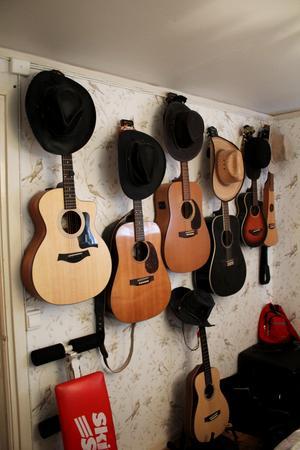 Johans gitarrer och hattar.