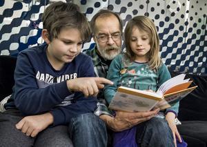 Högläsningen för barn ökar i Sverige, men under semestrar och helger tar många föräldrar ledigt även från läsningen. Foto: Claudio Bresciani / TT