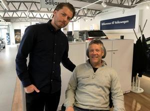 Alexander Lindgren tillsammans med kollegan på Bilmetro, förre hockeydomaren Thomas