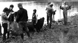 Fiske sysslade åttondeklassarna med. Näten lades ut i Sandvikssjön.