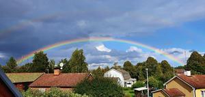 Kelly Kucska fotade den fantastiska regnbågen den 7 september. Har du sett bilden tidigare? Inte så konstigt eftersom den visades i samband med vädret i TV 4.