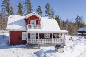 Villa från 1858 i gott skick och ett bra läge i ett lugnt och tryggt område. Trevlig tomt om 6404 kvadratmeter.Foto: Svensk Fastighetsförmedling