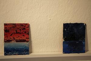 De små formaten står lutade mot väggen. Foto: Ulf Lundén