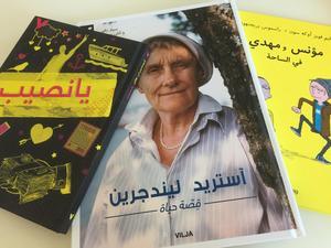 Svenska böcker på arabiska blir allt vanligare. För många kan det vara ett första steg till att senare läsa samma böcker på svenska och därigenom lära sig språket.
