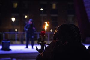 Facklor brann och rosor hölls upp framför scenen.