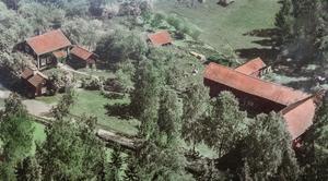 Gården från 1800-talet har lockat många på Hemnet.  Foto: Mäklarcentrum