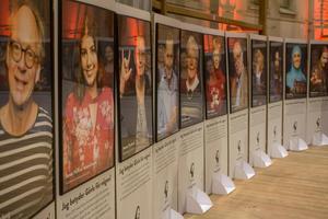 Hundra Gävlebor nominerades till utställningen. En av dem var Suzan Hindi, som valdes ut för att hon trots sin cancer fortsatt att kämpa för sina elever. Men det var inget som de som spred bilden på skylten valde att nämna.