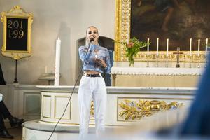 Den tidigare eleven Erica Norrbom stod för en del av musikinslaget i kyrkan.