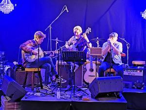 På scenen Isak Sandvik, Christian Dam och Kent Liljendahl. Foto: Kent Eriksen/Karlskoga Rock och Bluesförening