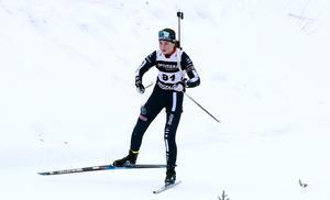 Sara Andersson i Mora Biathlons dress under skidskyttetävlingar i Lima i mellandagarna.