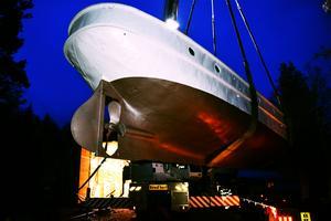Festins i Älvdalen såg till att fartyget tryggt kunde lyftas och placeras utanför det nybyggda båthuset.