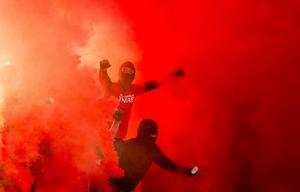 En man åtalas misstänkt för att ha tagit in tio rökfacklor på Domnarvsvallen i samband med fotbollsmatch. (Personerna på bilden har inget med åtalet att göra).Foto Adam Ihse / TT
