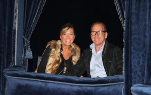 Sophie Karlsson Bouniol och Conny Karlsson i slottets teater för att se en film på bioduken. Foto: Privat