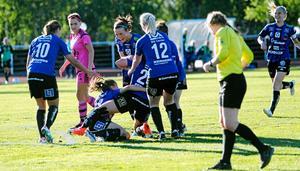 ÖDFF jublar över ett mål på Hissmovallen i år. Nu är det dock slutjublat. Klubben drar sig ur division 1 och lägger ned A-laget.