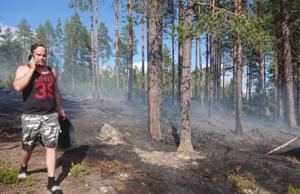 Alexander Beckeman på telefon efter att det värsta av branden är släckt.