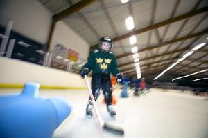 Edda Liljenberg, 5 år, tränar svängar.