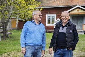Trädet bakom bröderna Olle och Erik sattes till Hildings minne 1999. På andra sidan stugan står trädet som sattes till hustrun Adéles minne.