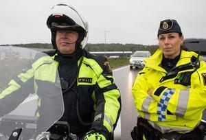 Johan Alm och Jenny Stigsdotter är erfarna trafikpoliser. De är vana att stoppa förare som inte hållit fartgränsen.
