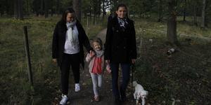 Jenny Widén och hennes syster Elin är två av många som tycker att gångvägen behöver belysning. Nästa år börjar Jennys dotter Maja på Hagaskolan.