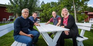 Lennart Bondeson (KD), Per-Åke Sörman (C), Kenneth Handberg (S) och Marlene Jörhag (KD) diskuterar nästa års budget.