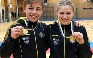Niklas Öhlén och Tindra Sjöberg med sina guldmedaljer. Bild: Privat