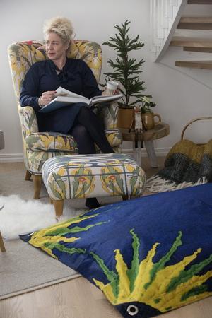 Nygammal fåtölj från Carl Larssongården. Här provsitter Catharina Enhöring medan hon berättar för oss hur julen såg ut i Lilla Hyttnäs för 100 år sedan.