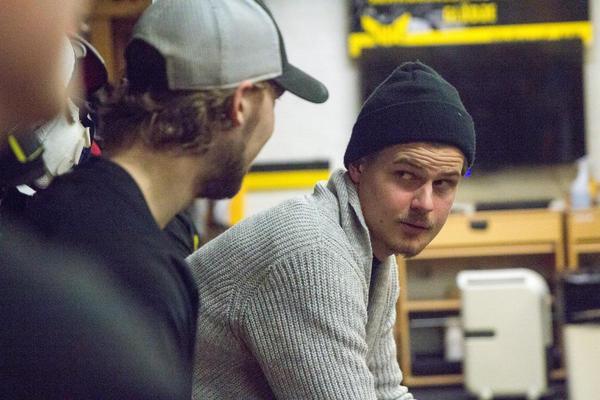 Lehmann snackar med Oscar Pettersson i omklädningsrummet.