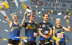 Martin Regborn (tvåa från vänster) tillsammans med lagkompisarna Alva Olsson, Max Peter Bejmer och Sara Hagström på världscuppallen. Foto: Svenska orienteringsförbundet