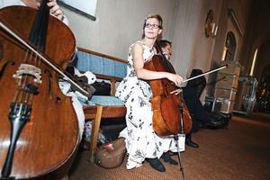 – Det är mysigt och trevligt att spela i en kyrka, men det är svårare att höra varandra. Man får spela på ett annat sätt eftersom akustiken är annorlunda och efterklangen blir längre. Vissa toner får man spela kortare, andra lite svagare, säger cellisten Katarina Lysell.
