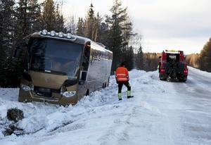 En buss hamnade i diket på måndagseftermiddagen mellan Hede och Hedeviken.