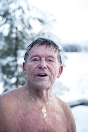 Stig Zandén luftbadar utomhus i stället för att hoppa i vaken. För att avkylningen ska fungera rätt gäller det att den är jämnt fördelat på hela kroppen berättar han.