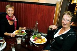 """Marie Jakobsson, från Hallen, och Karin Våxlägd, från Frösön, har just fått maten till bordet på Brunkullan. Både dricksar, men bara om de är nöjda med bemötandet. Hur mycket de ger varierar däremot från gång till gång.""""Är det trevligt så ger jag alltid dricks, vare sig det är utomlands eller i Östersund"""", säger Marie."""