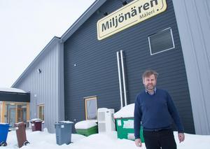 Klas Hedlund, styrelseordförande i Miljönärengruppen, säger att företaget hittar nya medarbetare bland de utrikesfödda. En av mattläggarna kom in i företaget genom att knacka på dörren och höra sig för om jobb.