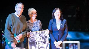 Per-Olof Fahlander, Bitte Andersson och Kicki Johansson under ceremonin i Täljehallen på söndagen.