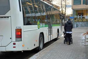 Nobina har ansvaret för trafiken och Din Tur (Kollektivtrafikmyndigheten) har ansvaret för upphandling och information.